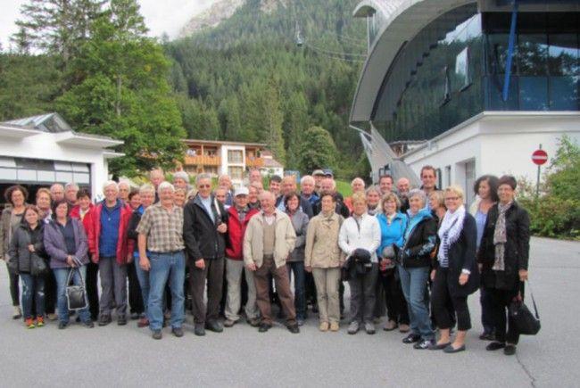 Figler vor der gigantischen Bergbahn zur Zugspitze in Ehrwald