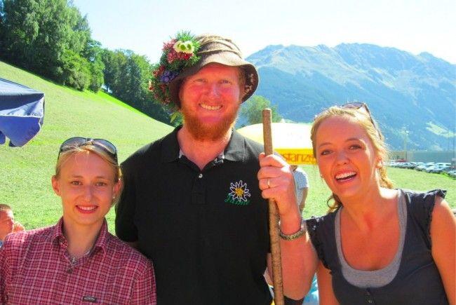 Bianca und Eva mit dem Alpsenn beim Alpabtrieb in Bartholomäberg