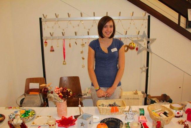 Laura half tatkräftig beim Freiwilligenteam des Pfarrflohmarktes mit