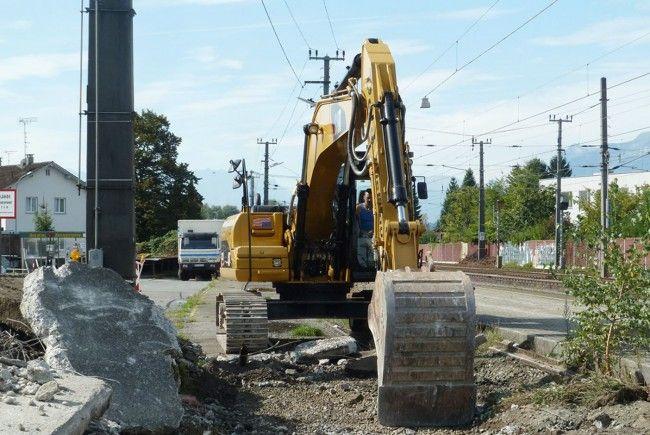 Derzeit erfolgt der Abtrag der an den Bahnsteig 1 angrenzenden Gleise.