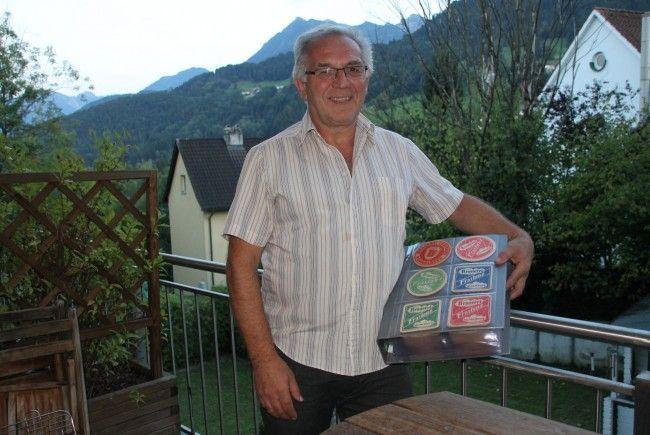 Heribert Gut präsentiert seinen Privat-Bierdeckel-Katalog.