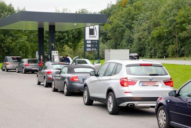 Geduld aufbringen müssen Autofahrer bei der Diskont-Tankstelle HOFER in Alstenstadt