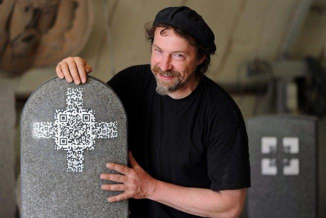Ein QR-Code ist auf einem Grabstein zu sehen.