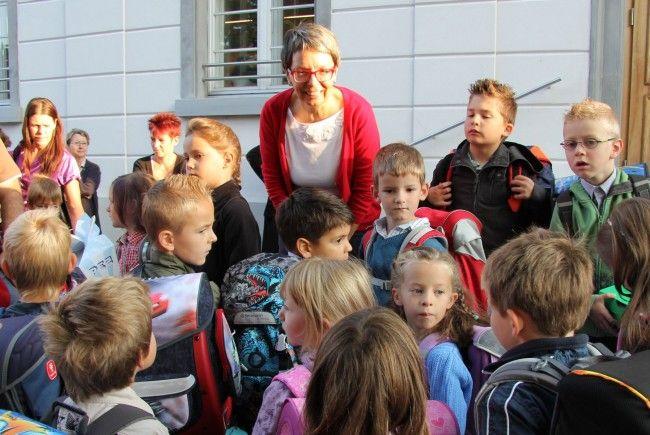 Erstklässler vor der Volksschule Markt in Rankweil