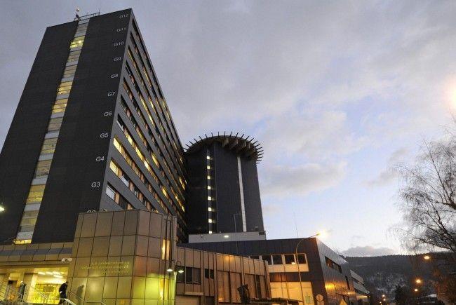 19-Jähriger sprang vor Intercity - in Uniklinik Innsbruck eingeliefert.