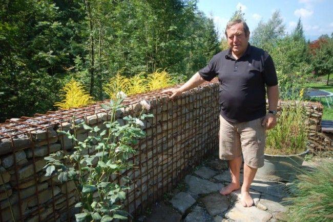 Helmut Leite ist seit zwei Jahren in Pension. Um körperlich fit zu werden, ging der Pensionist unter die Handwerker und errichtet diese Mauer.