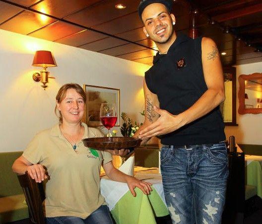 """Marcos Auer verdient sich seine Brötchen als Kellner in der """"Reblaus"""" in Bregenz-Vorkloster."""