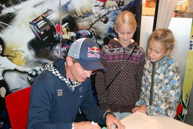 Skisprungass Thomas Morgenstern gab zwei Stunden lang in Götzis Autogramme.