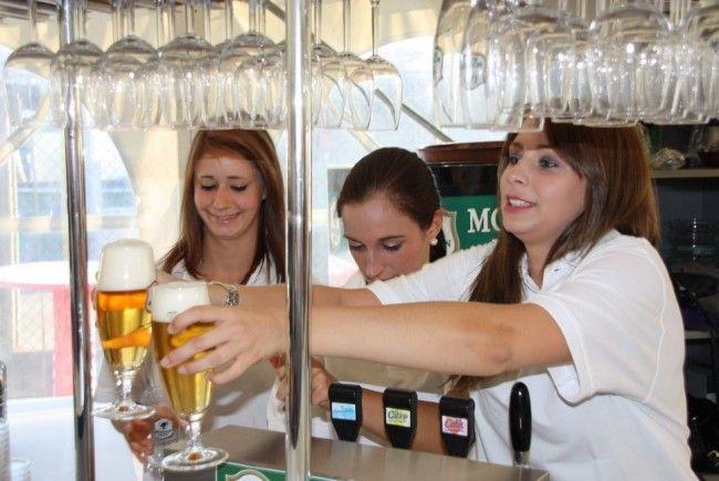 Nette, sympathische Frauen kümmern sich um die Vip-Gäste im eigens errichteten FCL-Zelt.