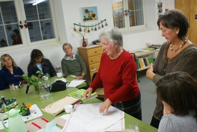 Reinhilde und Margit erklären die Anwendung der Wickel