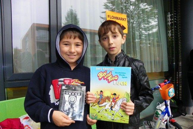 Raschid und Favol verkaufen ihre Kinderbücher