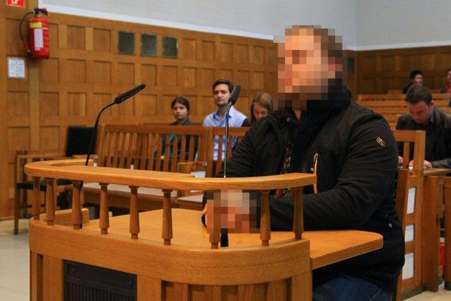 Hakenkreuz am Unterarm tätowiert: 26-Jähriger stand heute vor Gericht.