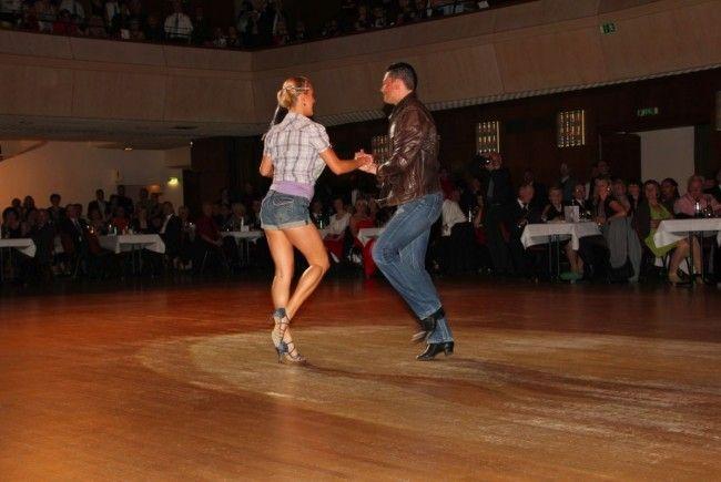 Standard- und Lateinamerikanische-Tänze erwarten die Zuschauer in der neuen Turnhalle des SZ Oberau