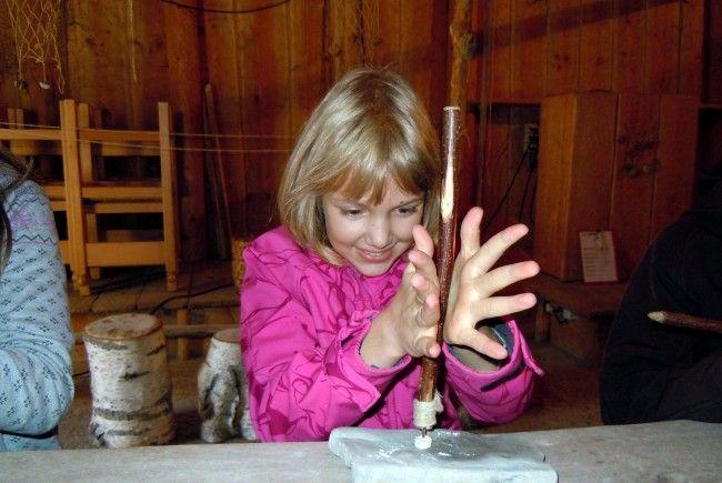 Julia verwendet den Steinbohrer