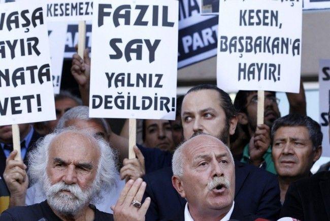 Kundgebung für den Angeklagten Starpianisten Fazil Say.
