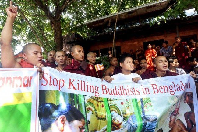 Burmesische Buddhisten protestieren gegen die Tötung von Buddhisten in Bangladesh. Zeitgleich werden in Burma Muslime getötet.