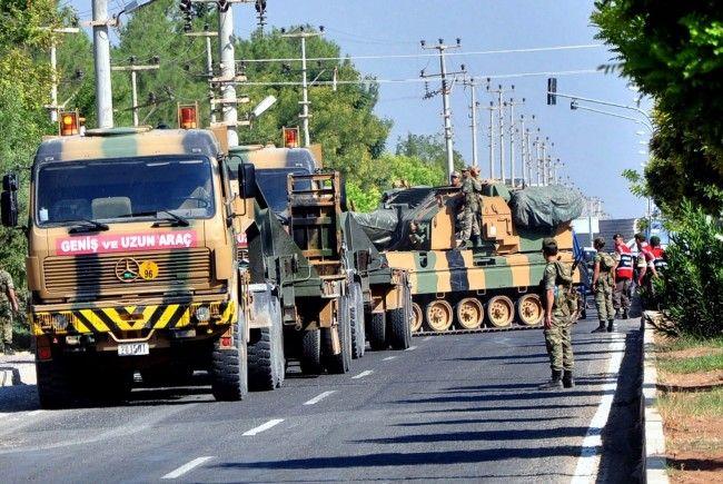 Türkische Soldaten auf dem Weg zur syrischen Grenze.