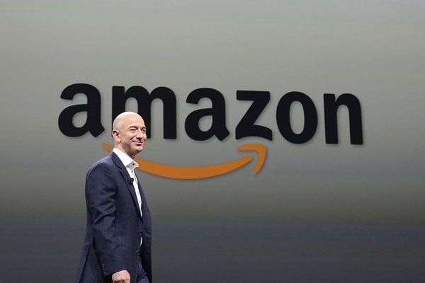 Amazon-Chef Jeff Bezos stellt neue Produkte des Unternehmens vor.