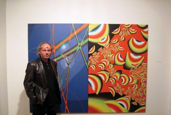Maler und Galeriebesitzer Marxx Bosch mit seinen Arbeiten der Fractalmalerei