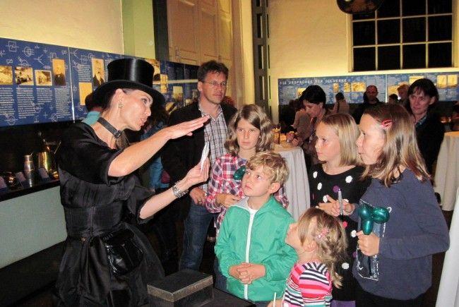 Zauberkünstlerin Kerstin Andreatta unterhielt die die Besucher mit lustigen Zaubereien