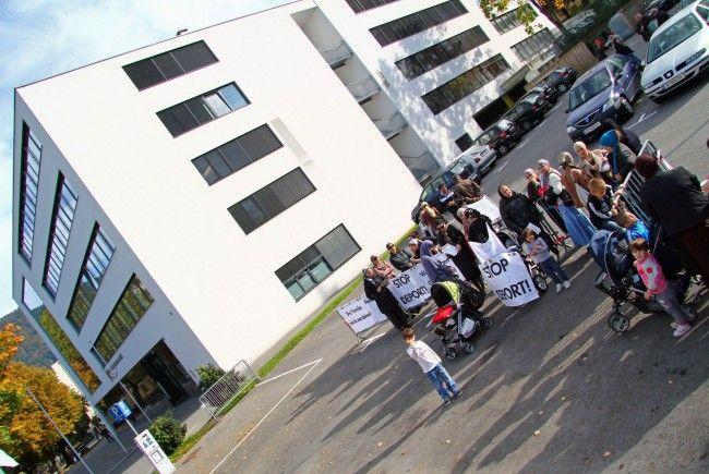 Tschetschenische Frauen demonstrieren gegen Abschiebung von Danial M.