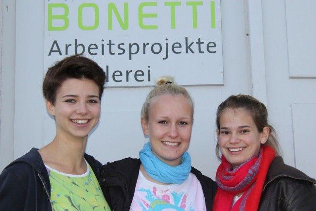 """Drei Teilnehmerinnen der """"72 Stunden ohe Kompromiss"""" vor der Tischlerei der Kaplant Bonetti Gemeinnützige GmbH"""