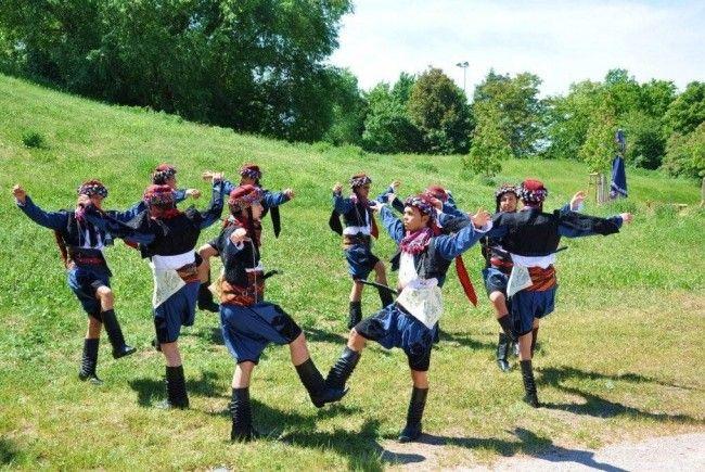 """Tanzgruppen des Vereins """"KIZILCA"""" zeigen Tänze aus der Türkei"""