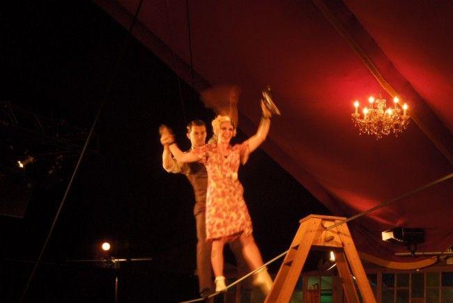 Akrobatik auf höchstem Niveau und ein Hauch von Erotik wurde den Zuschauern beim Zirkustheater Cantina geboten.
