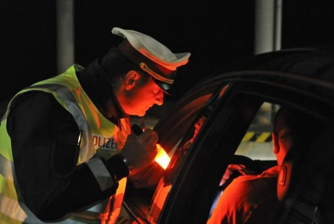 Polizeiaktion in Feldkirch: Ein Lenker wollte sein Unglück nicht so recht fassen.