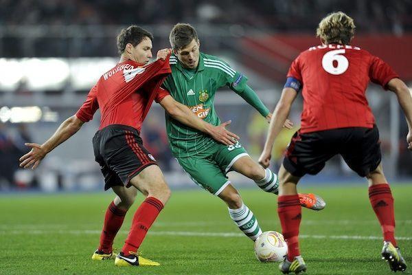 Deni Alar (Rapid Wien) im Ball-Duell mit Philipp Wollscheid (links) und Simon Rolfes von Bayer Leverkusen