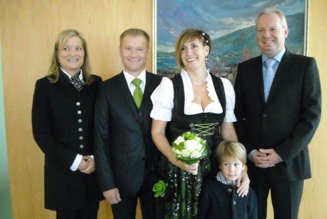 Das glückliche Paar mit Sohn Niklas und den Trauzeugen.