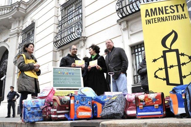 Aktivisten von Amnesty International protestieren am Dienstag (23.10.12) in Wien vor dem Bundeskanzleramt gegen die Asylpolitik der Bundesregierung.