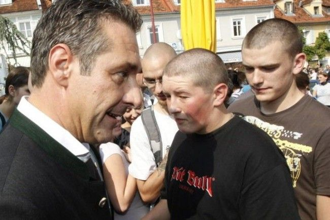 """Autogrammstunde mit HC Strache: Der Chef der österreichischen Freiheitlichen wird von glatzköpfigen Jugendlichen umringt. Scharsach: """"Die FPÖ ist von der Basis bis in die Parteispitze mit bekennenden Nazis, Rassisten und Terroristen vernetzt."""""""