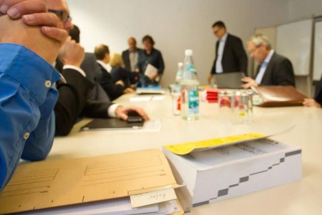 Erstmals in der Geschichte wurde Abgeordneten in Vorarlberg am Donnerstag Akteneinsicht gewährt - der Streit in der Causa Hofer geht aber weiter.