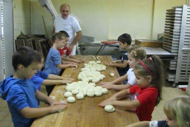 Bäcker Didi bereitete für die Mädchen und Buben vom Kindergarten Hasenfeld eine ganze Menge Hefeteig vor.