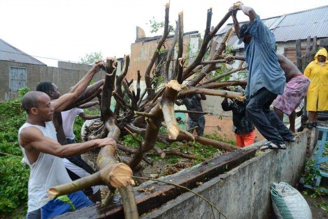 In ganz Jamaika und in den östlichen Provinzen Kubas von Holguin bis Guantánamo herrschte Hurrikanalarm.