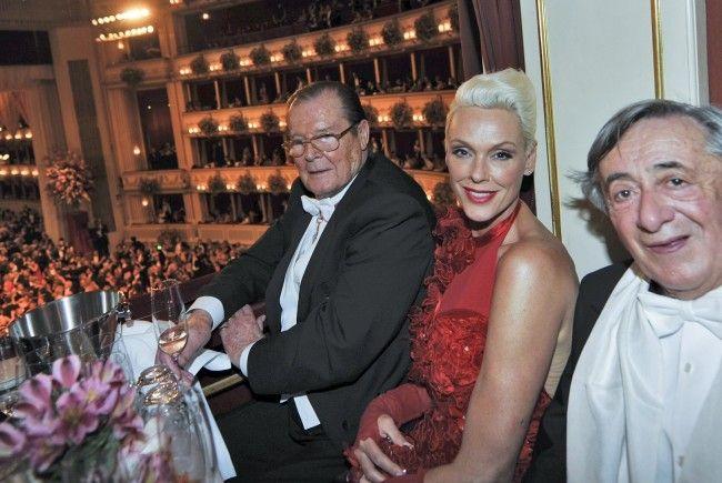 Richard Lugner in der Loge im 2. Rang mit Brigitte Nielsen und Roger Moore.