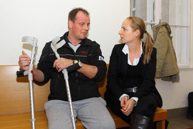 er Verletzte (hier Bild mit Anwältin Olivia Lerch) ist zu 100 Prozent Invalide.