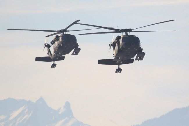 Glück für einen schwer verletzten Skifahrer - nur ein Hubschrauber des Bundesheers war frei.