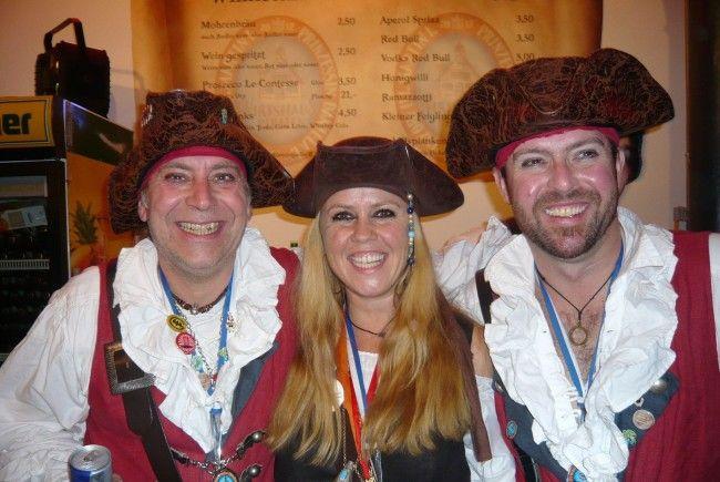 Piratin Sonja Schöpf mit Balldekorateur Peter Mangeng und Jörg Zimmermann.