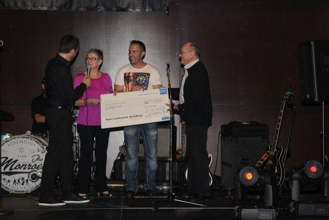 Michael Wieder überreicht Maria Müller und Josef Hotz einen Scheck über 1000.- Euro