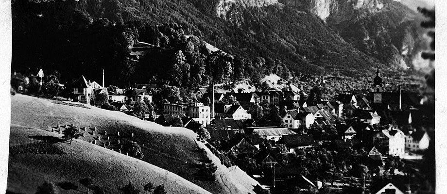 Die Stadt Dornbirn auf einer alten Fotografie, Blickrichtung Karren.