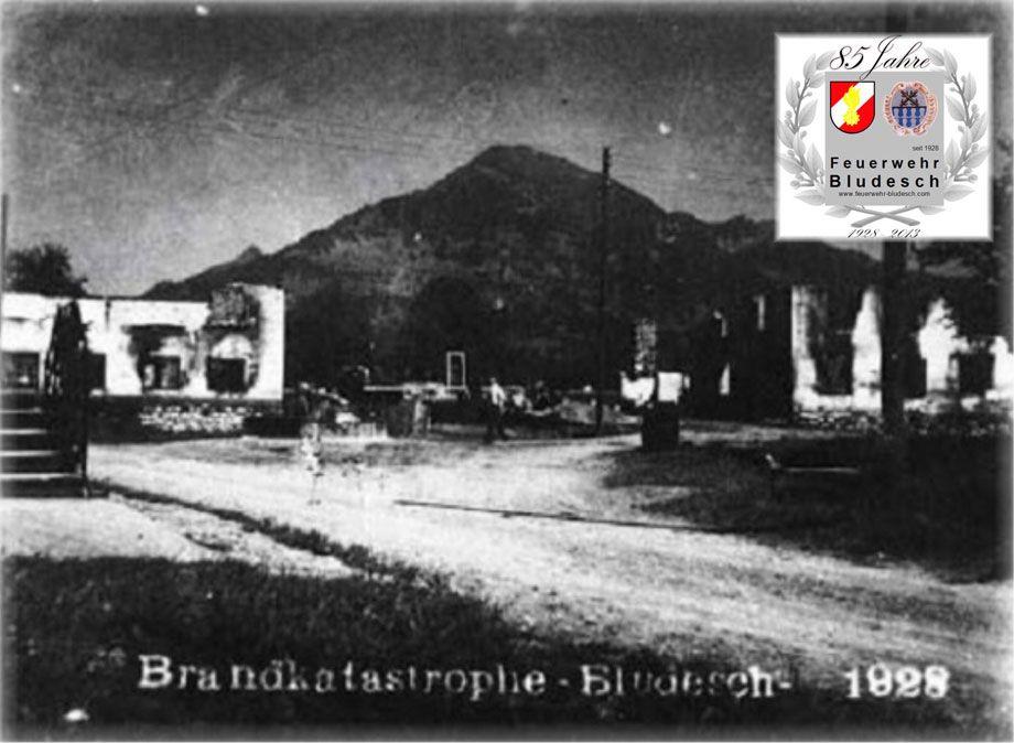 Die Bludescher Brandkatastrophe von 1928. In der Nacht von 30. auf 31. Juli 1928 fielen einem Großbrand, der im Dorfzentrum ausgebrochen war, fünf Gebäude zum Opfer. (Bild: OF Bludesch)