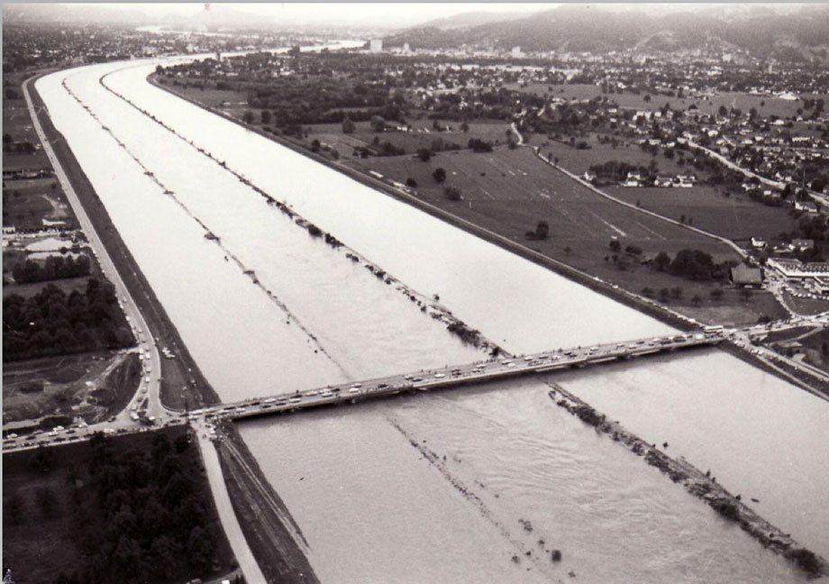 Rheinhochwasser im Jahr 1987 in Fußach.