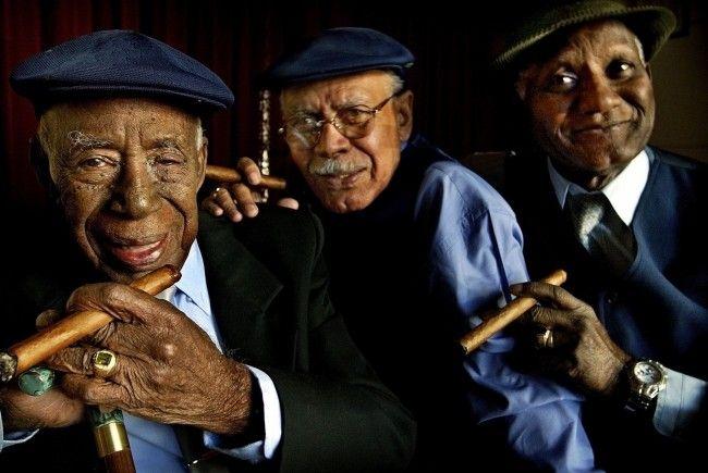 Bringen karibische Lebensfreude mit: Reynaldo Creagh, Julio Alberto Fernandez, Maestro Rubalcaba (von - Bar_atBuenaVista1-650x435