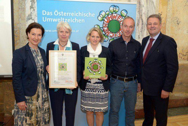 Erika Schuster, Ulrike Matiz und Stefan Birkel brachten die Auszeichnung aus Wien mit.