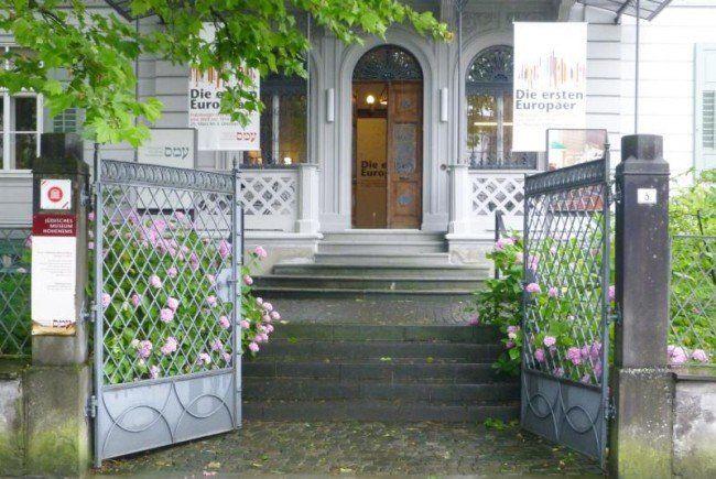 Neun im Boden eingelassene Messingtafeln sollen Erinnerung an NS-Opfer wachhalten