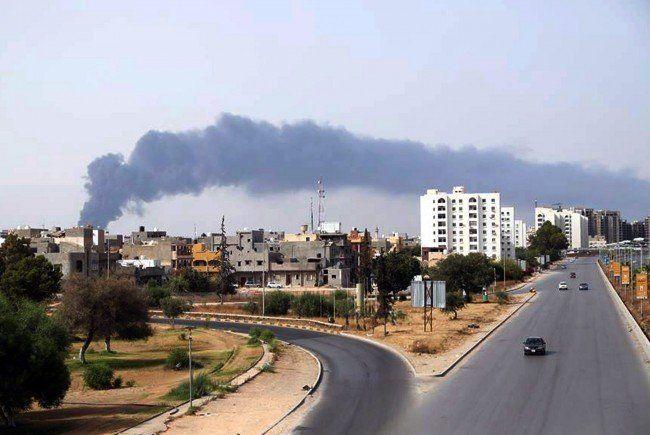 Brennende Öltanks: Der libyschen Hauptstadt Tripolis droht eine Katastrophe.