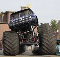 Monster-Truck rast in Zuschauermenge