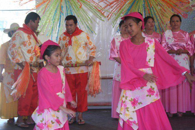 Gesangs- und Tanzgruppe aus den Philippinen
